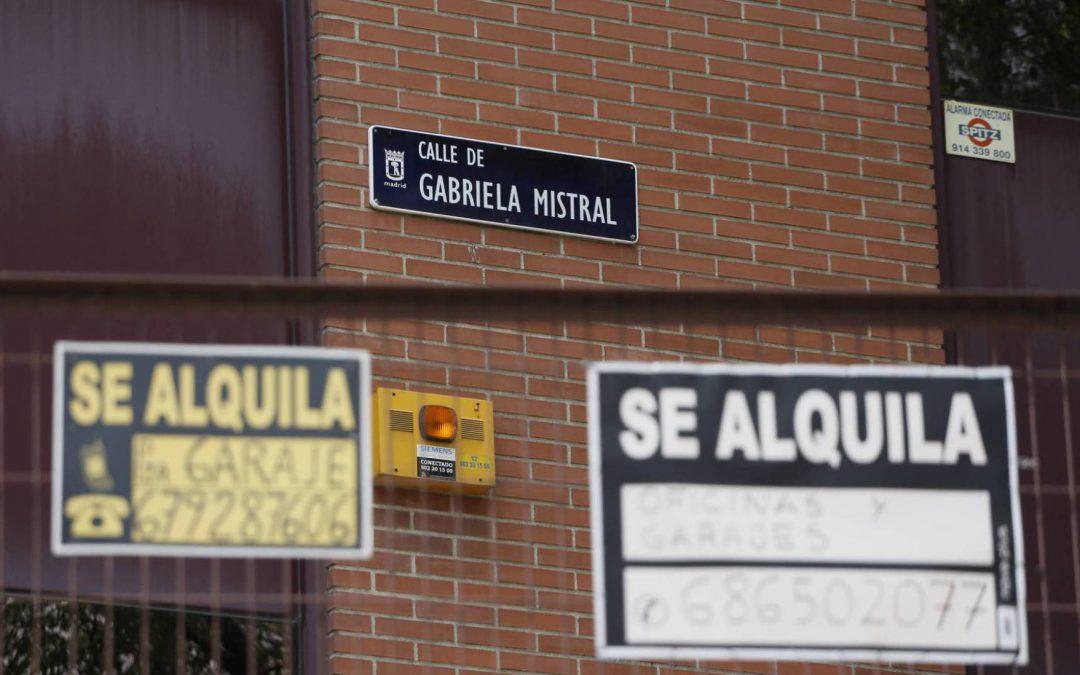 dos carteles de se alquila en la calle de gabriela mistral